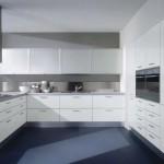 Кухонный гарнитур в современном стиле со встроенной техникой