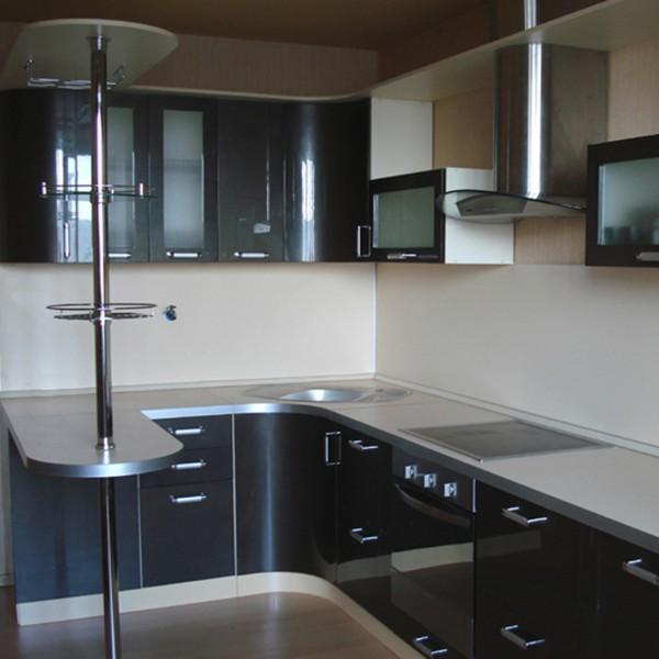 Угловой кухонный гарнитур с барной стойкой и  гнутыми фасадами