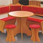 Кухонный уголок со столом и двумя табуретками