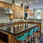 Островная кухня с барными стульями
