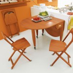 Складной деревянный стул в интерьере