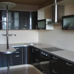 Угловая модульная кухня с гнутыми фасадами и барной стойкой