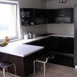 Угловая модульная кухня со столешницей-подоконником