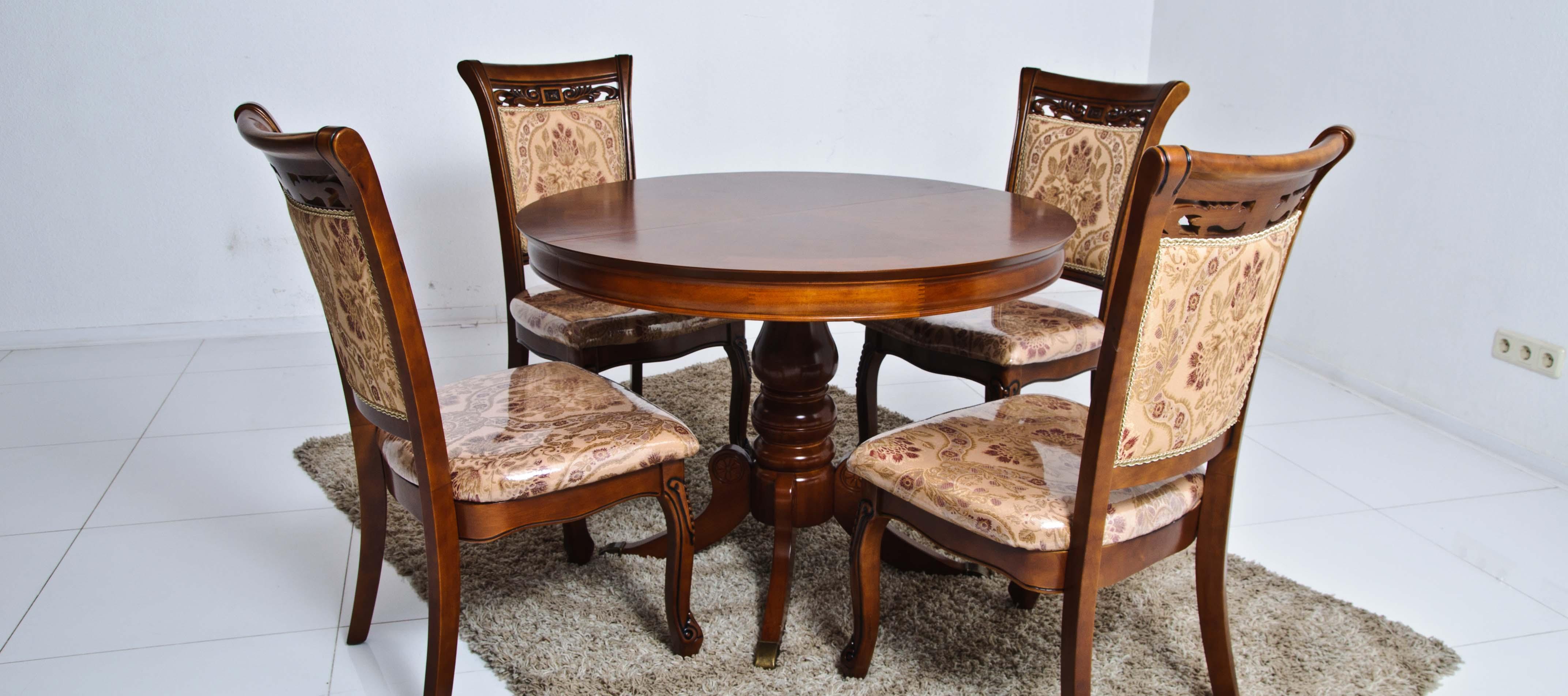 Круглый обеденный деревянный стол в современном интерьере