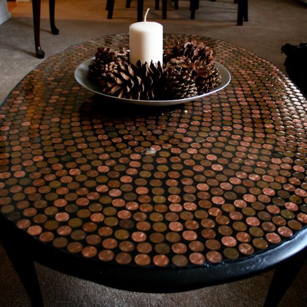 кухонный стол с мелкой керамической плиткой