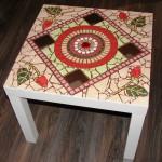 Стол с керамической плиткой с узором