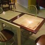 Стол с плиткой, украшенный орнаментом