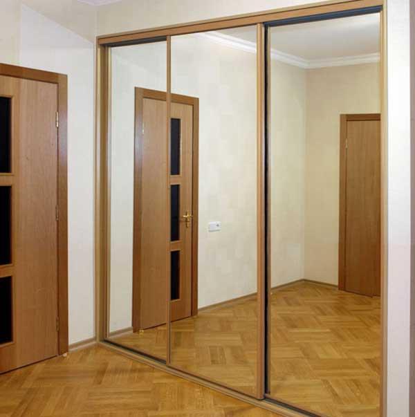 Зеркальный шкаф-купе углового типа
