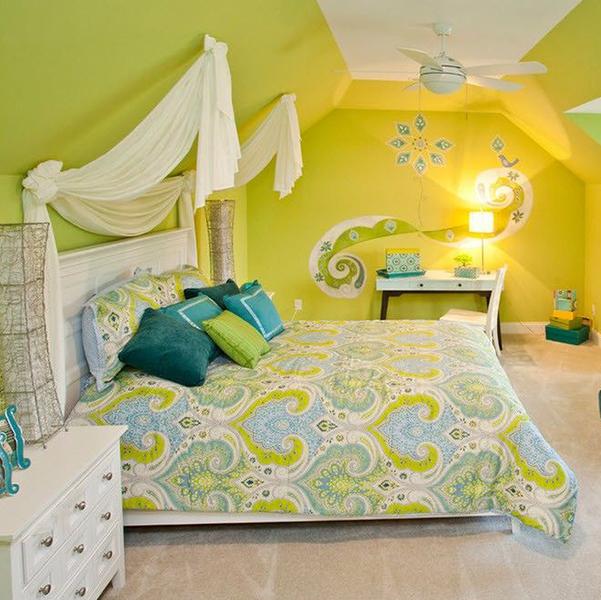 Яркий цвет стен в спальне