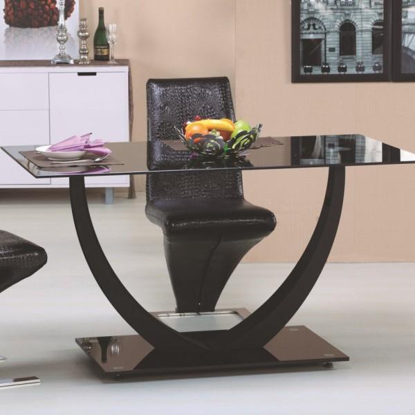 обеденный стол с металлическими ножками