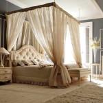 Красивая спальня в пастельных тонах с серым акцентом
