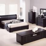 Удобный вариант расположения мебели в спальне в стиле хай-тек