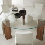 Обеденный стеклянный стол на деревянных ножках