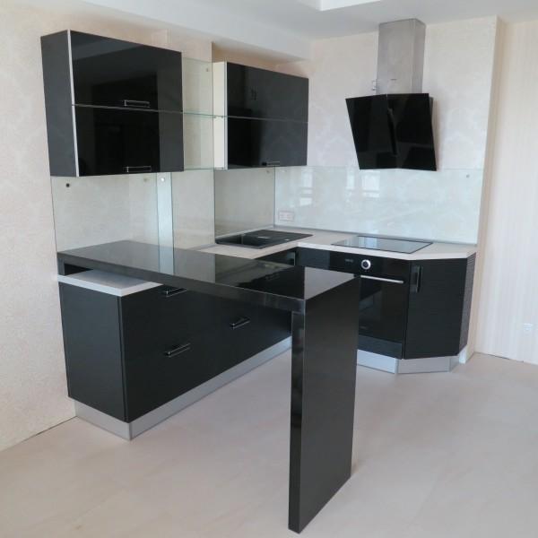 Современная угловая кухня и барная стойка кориан