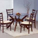 Стеклянный стол с четырьмя деревянными ножками