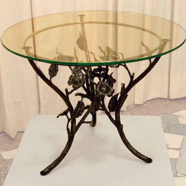 Стеклянный стол с коваными ножками
