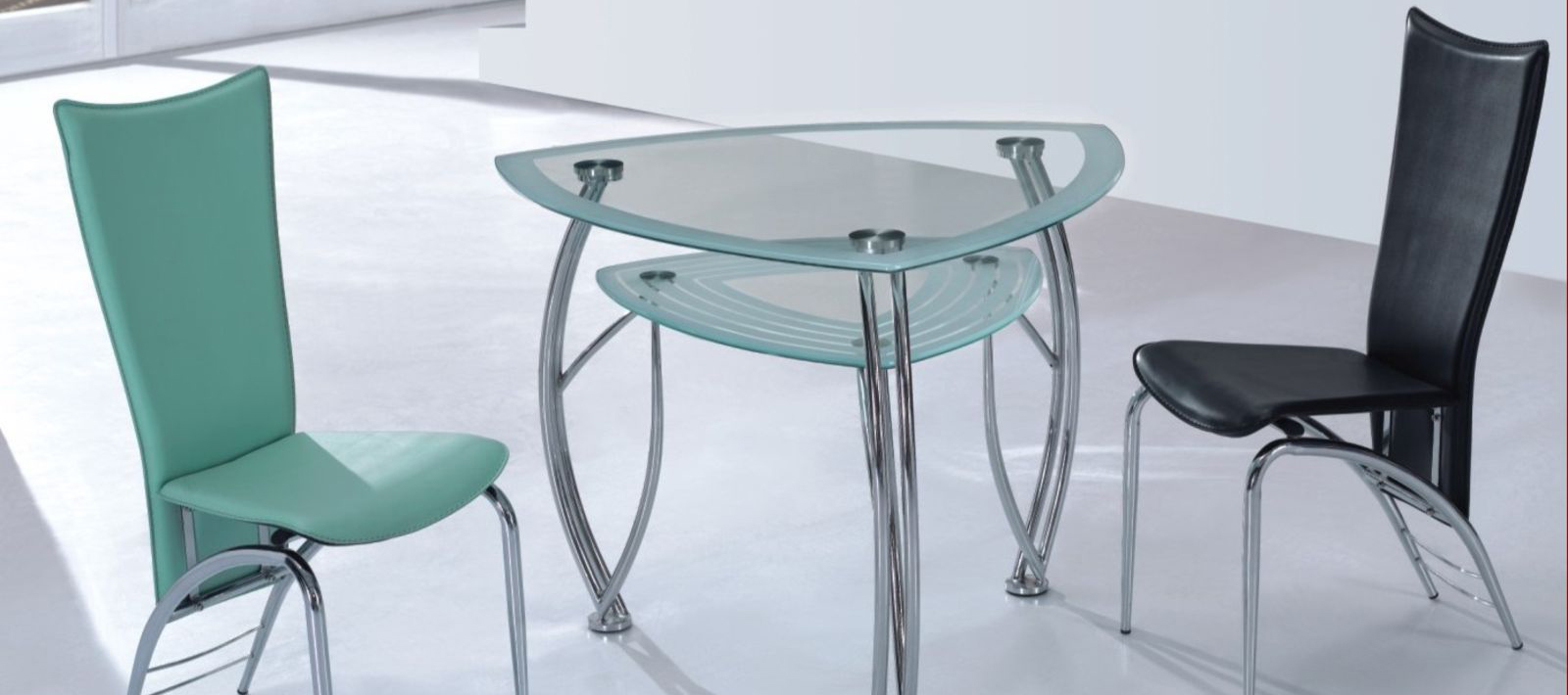 Угловой стеклянный стол как элемент мебельного интерьера