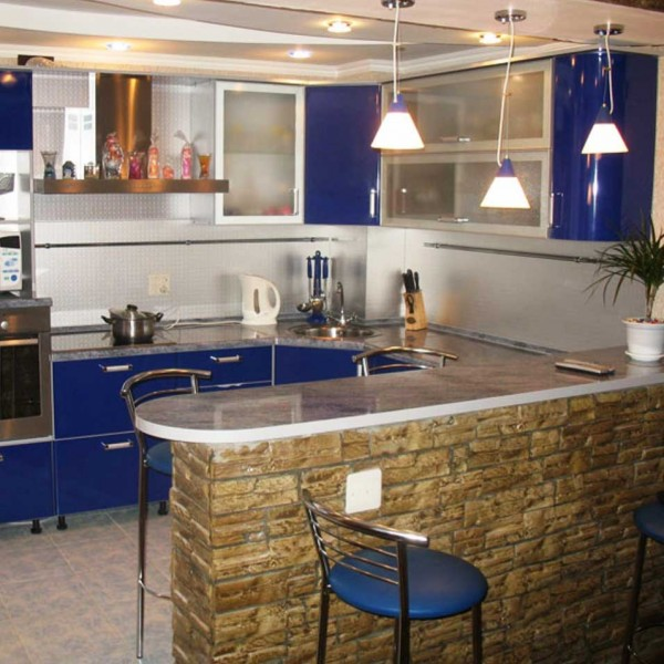Угловая кухня с барной стойкой, отделанной под камень