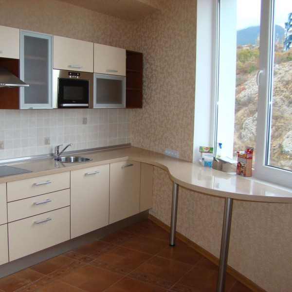 Угловая кухня с барной стойкой, совмещенной с подоконником