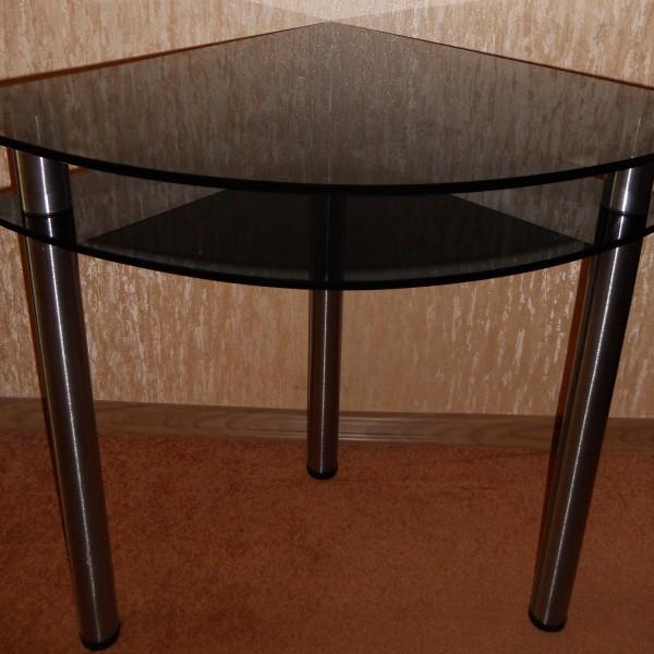 Угловой обеденный стол