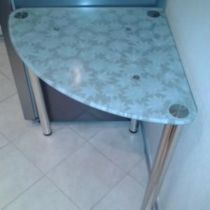 Угловой обеденный стол из стекла