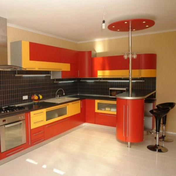 Яркое цветовое решение с барной стойкой на кухне