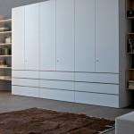 Большой одежный шкаф с выдвижными ящиками