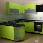 Современная угловая кухня в зеленых тонах