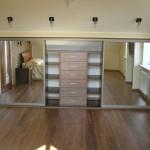 Встроенный шкаф-купе больших размеров с зеркальным фасадом