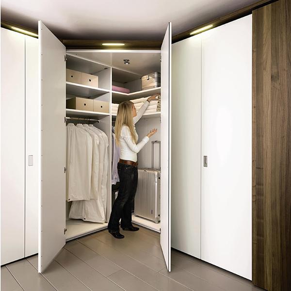 Угловой плательный шкаф