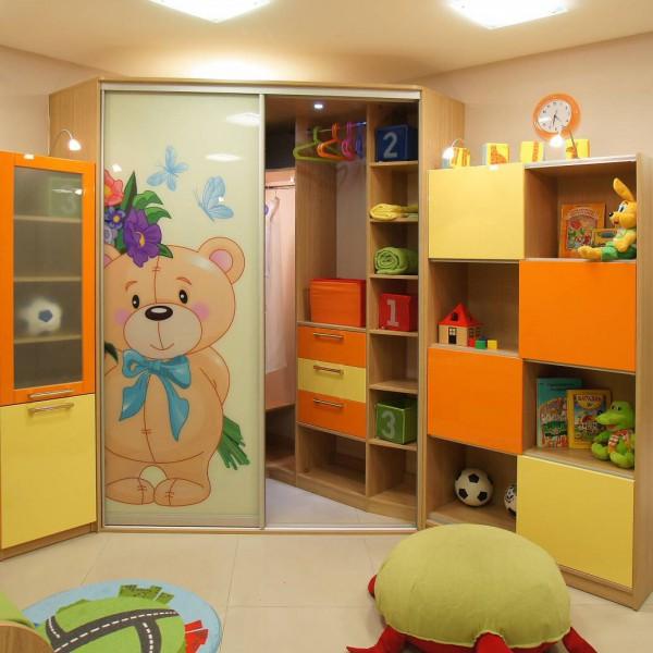 Детская комната со стеллажем для игрушек