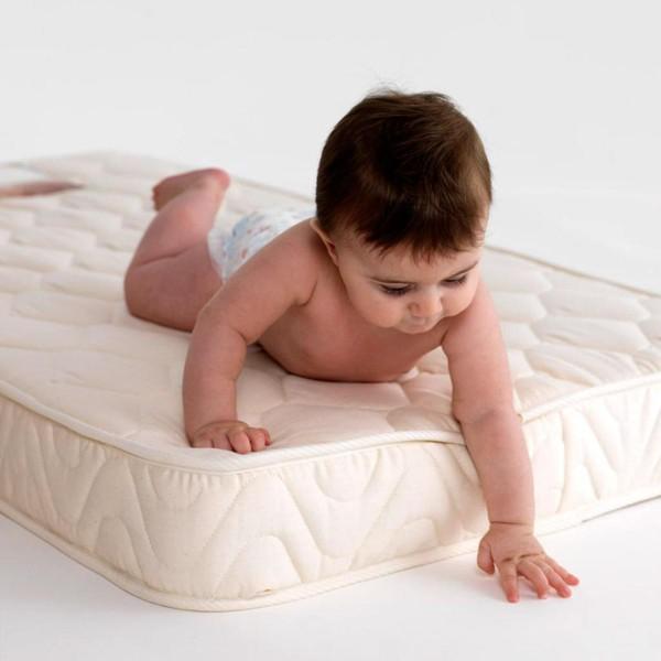 Малыш на детском матрасе