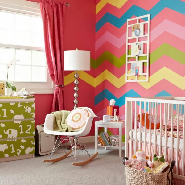 Яркая детская комната с орнаментом на стене