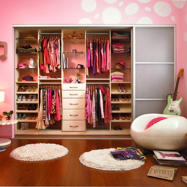 шкаф в комнате для девочки