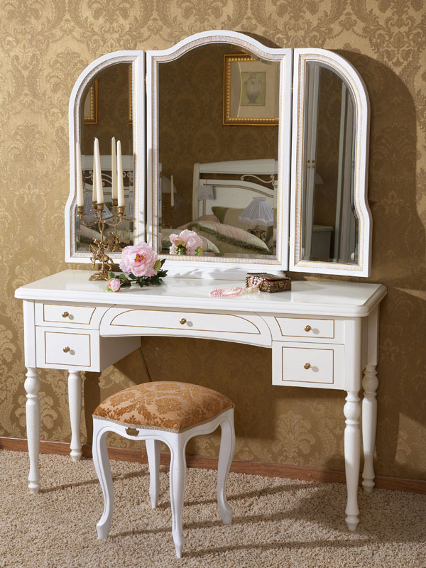 Комод под косметику с зеркалом