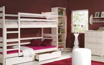 Деревянная двухъярусная кровать в интерьере детской спальни