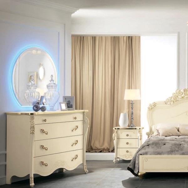 Настенное зеркало с подсветкой в спальню