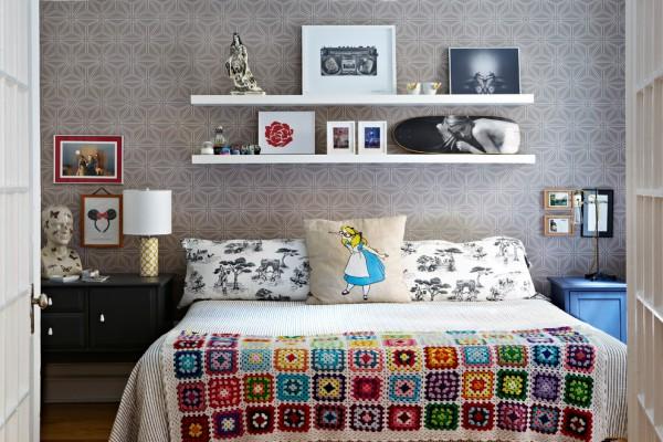 Удачное расположение полки над кроватью в спальне