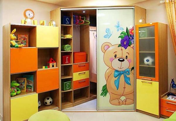 Угловой шкаф с медвежонком