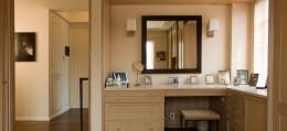 Угловой туалетный столик в спальню – оригинальная деталь интерьера