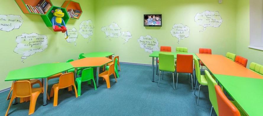 Детский столик в комнате дошкольника
