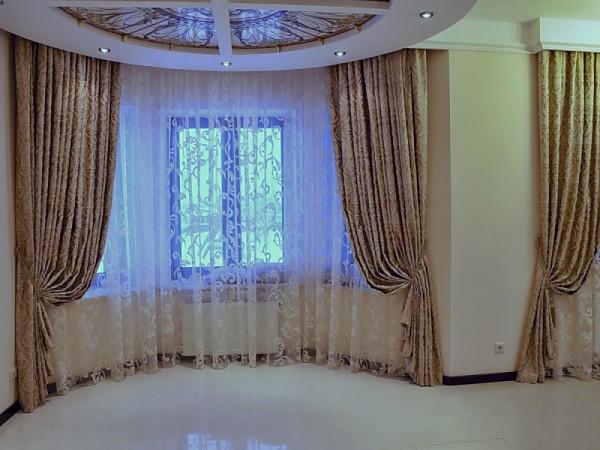 Фото штор для эркерного окна в гостиной