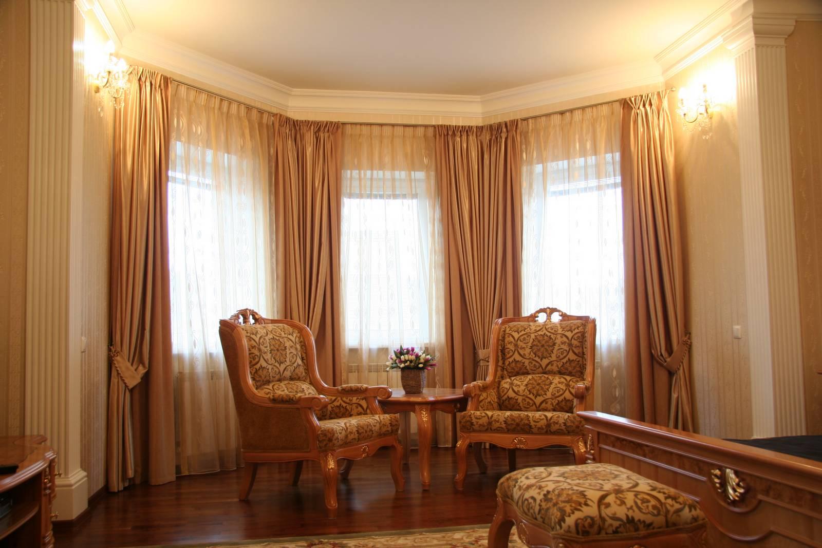 Портьеры в интерьере гостиной фото