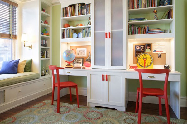 Письменные столы на одной линии