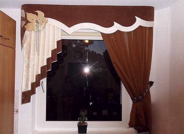 Стильные занавески для зала с маленьким окном