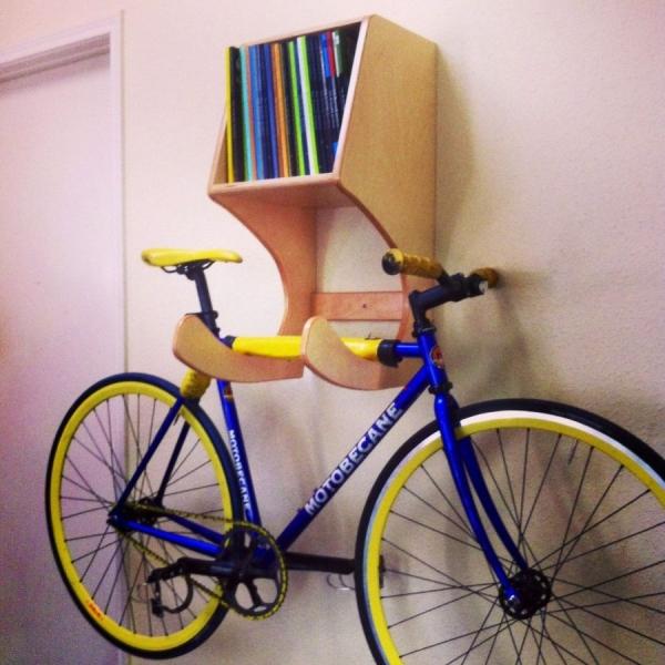 Гармоничное сочитание держателя для велосипеда и книжной полки