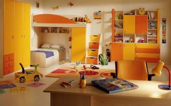 детская комната со стулом для ребенка
