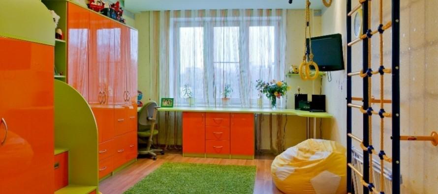 два письменных стола в детской для детейй