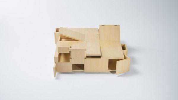 Стол KAI который содержит в себе массу полочек для хранения вещей