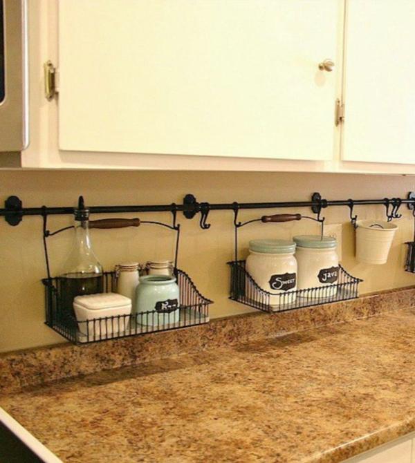 Экономия пространства на кухне при помощи полок над столешницей